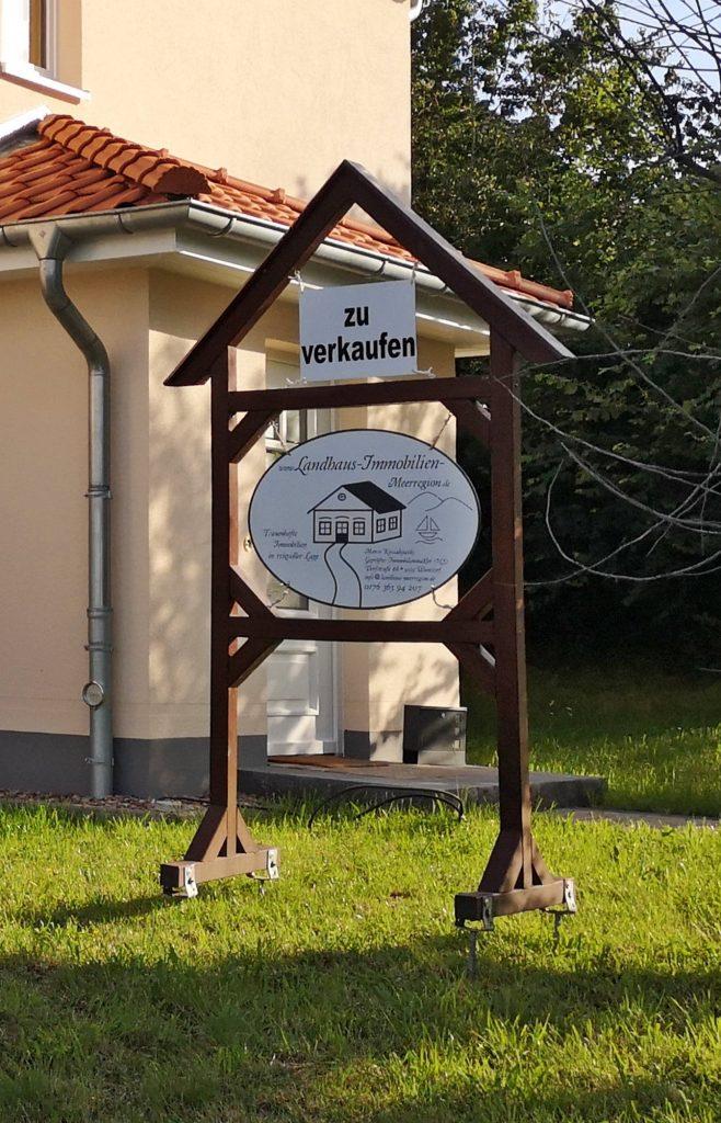 Verkaufsschild der Firma Landhaus Immobilien Meerregion