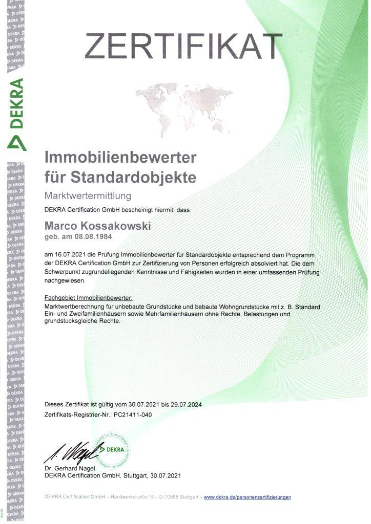 Das Zertifikat von der DEKRA für Marco Kossakowski für die bestandene prüfung zum DEKRA zertifizierten Immobilienbewerter für Standardobjekte, Marktwertermittlung.